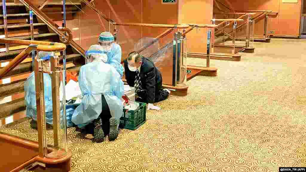Первая проверка анализов, взятая у части пассажиров, обнаружила 10 случаев заражения коронавирусом. Все пассажиры, у которых обнаружили новый вирус, старше 50 лет