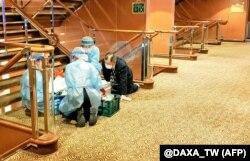Медики у масках та захисному одязі на одній з палуб круїзного корабля Diamond Princess біля порту Йокогама