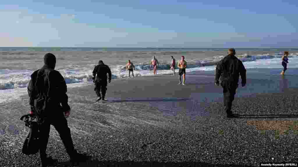 Спасатели МЧС дежурили непосредственно у воды