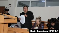 Ермурат Муканов (слева), адвокат Серикжана Мамбеталина. Алматы, 5 января 2016 года.