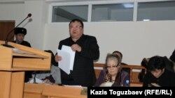 Серікжан Мәмбеталиннің адвокаты Ермұрат Мұқанов (сол жақта). Алматы, 5 қаңтар 2016 жыл.