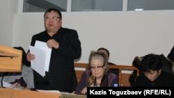 Адвокат Серикжана Мамбеталина Ермурат Муканов (слева). Алматы, 5 января 2016 года.