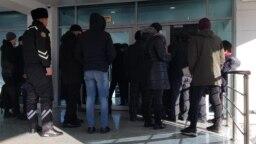 Алматы қаласының әкімі Бауыржан Байбектің есепті жиыны өтетін Республика сарайының алдында тұрған адамдар. Алматы, 20 ақпан 2019 жыл.