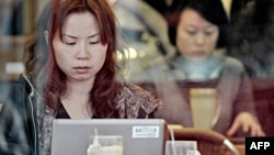 Қытайлық әйел кафеде интернет қарап отыр. Шанхай, 14 қаңтар 2010 жыл