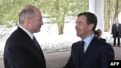 Rusiya prezidenti Dmitry Medvedev (sağda) beloruslu həmkarı Alexander Lukashenko ilə görüşür. 19 mart 2009