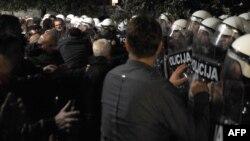 Pamje gjatë protestave në Podgoricë, me ç'rast ka pasur përleshje ndërmjet protestuesve opozitarë dhe policisë