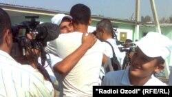 Освобождение по амнистии 86 несовершеннолетних заключенных. Душанбе, 23 августа 2011 года.