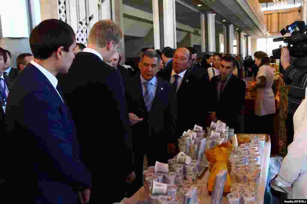Татарстан президенты Рөстәм Миңнеханов форум башланыр алдыннан күргәзмә белән танышты.