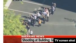 Cан-Бернардинода оқиға болған жерде тұрған адамдар. (Видеодан скриншот). Калифорния. 2 желтоқсан 2015 жыл.