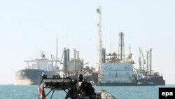 ۹۰ درصد صادرات نفت توليد کنندگان خليج فارس توسط تانکرهای نفتی از اين مسير عبور می کند.