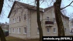 Дом, у якім жыве магілёвец, з куратнікам пад вокнамі
