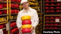 Sergej Černič pokazuje neke od sireva koje njegova fabrika proizvodi