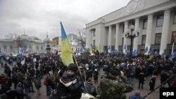 Митинг в Киеве перед зданием Верховной Рады во время формирования нового правительства