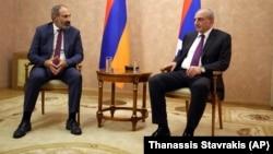 Премьер-министр Армении Никол Пашинян (слева) и лидер Нагорного Карабаха Бако Саакян (архив)