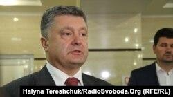 Петро Порошенко під час відвідання поранених міліціонерів у лікарні, Львів, 15 липня 2015 року