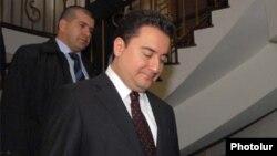 Ալի Բաբաջանը Թուրքիայի ԱԳ նախարարի պաշտոնում ժամանել է Երևան՝ մասնակցելու ՍԾՏՀ նիստին, 16-ը ապրիլի, 2009թ․