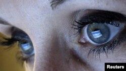 Facebook әлеуметтік желісін көріп отырған адам. Германия, 2 ақпан 2012 жыл. (Көрнекі сурет)