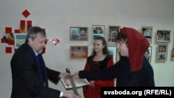Аляксандар Брэжнеў уручае меч Андрэю Саньнікаву.