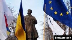 Проукраїнська акція в Луганську біля пам'ятника Тарасу Шевченку. 12 січня 2014 року