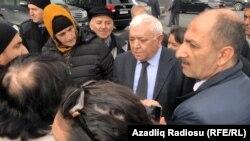 A.Abbas şikayətçilərın əhatəsində
