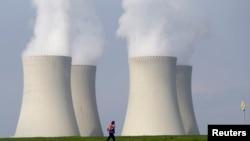 Трубы атомной электростанции. Иллюстративное фото.