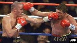 Кәсіпқой бокстан IBF нұсқасы бойынша әлем чемпионы Василий Жиров (оң жақта) пен Дейл Браунның жекпе-жегі. АҚШ, 18 қазан 1999 жыл.