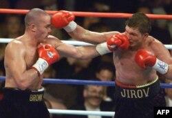 Василий Жиров (оң жақта) пен Дейл Браунның жекпе-жегі. АҚШ, 18 қазан 1999 жыл.