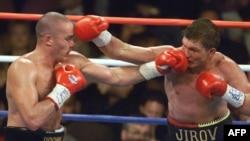 Чемпион мира по боксу по версии IBF Василий Жиров (справа) против Дейла Брауна. США, 18 октября 1999 года.