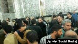 به نوشته کانال تلگرامی دولت بهار، تعدادی از نیروهای لباس شخصی به بست نشینان در حرم عبدالعزیز حمله کردند.