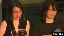 Han Kang (sağda) və tərcüməçi Deborah Smith mükafat elan edilərkən
