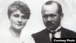 """Мұстафа Шоқай жары Мария Шоқаймен бірге. Тбилиси, 5 мамыр 1919 жыл. (Сурет """"Алашорда"""" фотоальбомын алынған)."""