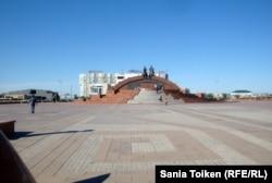 Центральная площадь в городе Атырау. 18 сентября 2012 года.