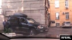 Також журналісти помітили авто супроводу Пінчука біля тих самих воріт АП 28 травня
