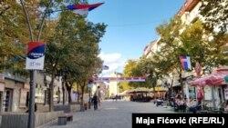 Severna Mitrovica oblepljena je plakatima Srpske liste i ukrašena srpskim zastavama