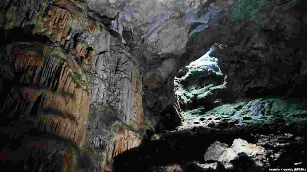 16-метровый пещерный колодец-провал, который назвали «окном Хосара». На поверхности он огражден