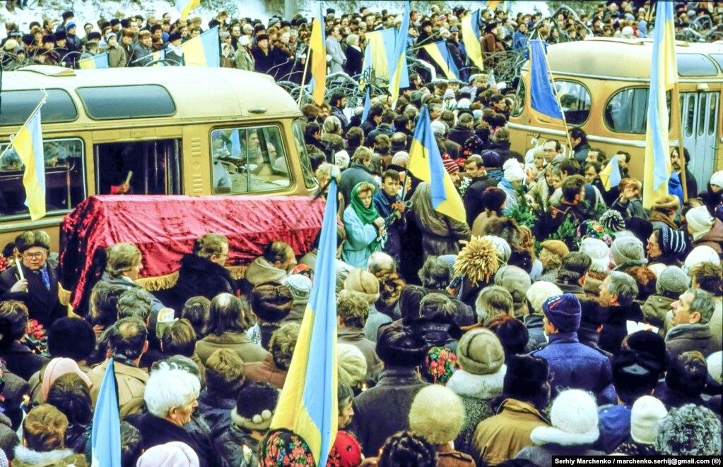 Тіла Василя Стуса, Юрія Литвина і Олекси Тихого поховали на 33-й ділянці Байкового кладовища в Києві, встановивши однакові дубові хрести. У березні 1990-го їх підпалили невідомі. Винних тоді не знайшли. Вже у 1993 році на могилах загиблих дисидентів з'явилися три козацькі хрести із сірого пісковику