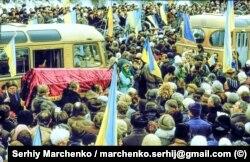 Десятки тисяч людей брали участь під забороненими синьо-жовтими прапорами у перепохованні Стуса, Литвина і Тихого. Київ, 19 листопада 2019 року