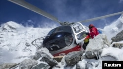 Спасательный вертолет на Эвересте