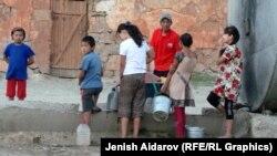 Қырғызстанның Баткентінде су кезегінде тұрған балалар. 19 қыркүйек 2014 жыл