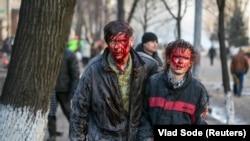 Микола Кузнецов – співрозмовник Радіо Свобода – на фото у центрі