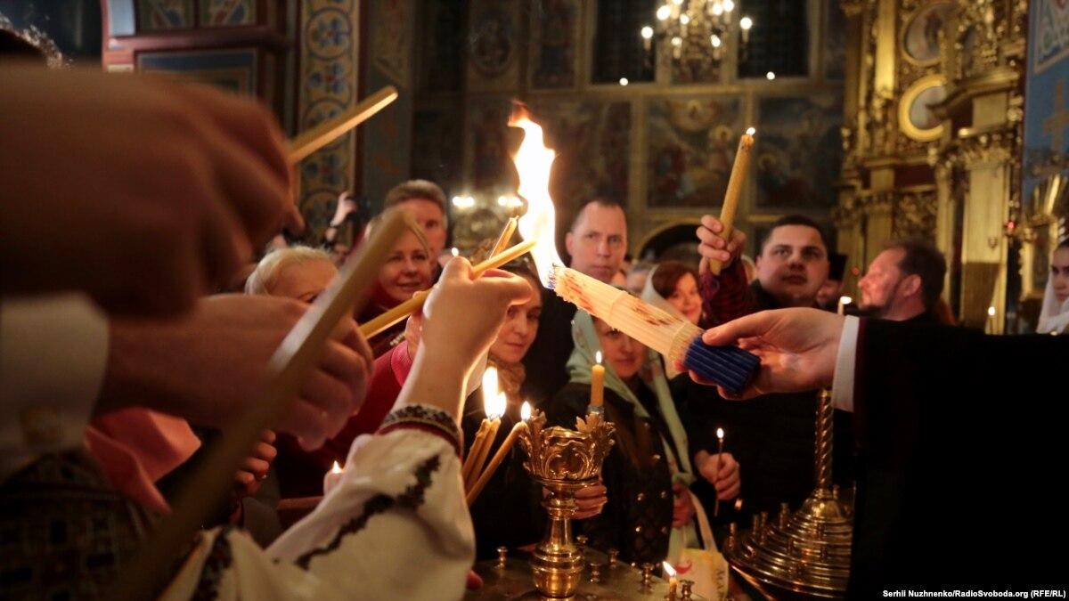 Благодатний вогонь доставили до Володимирського і Михайлівського соборів (фото, відео)
