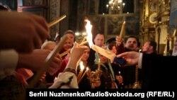 Благодатний вогонь у Михайлівському золотоверхому соборі, Київ, 27 квітня 2019 року