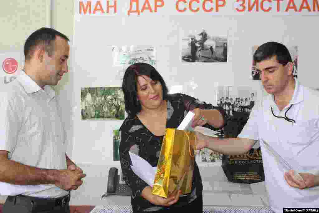 "Tajikistan -- Award ceremony for the winners of competition ""I Was Living in USSR"" by RFE/RL Tajik service, Dushanbe, 27Jul2011"