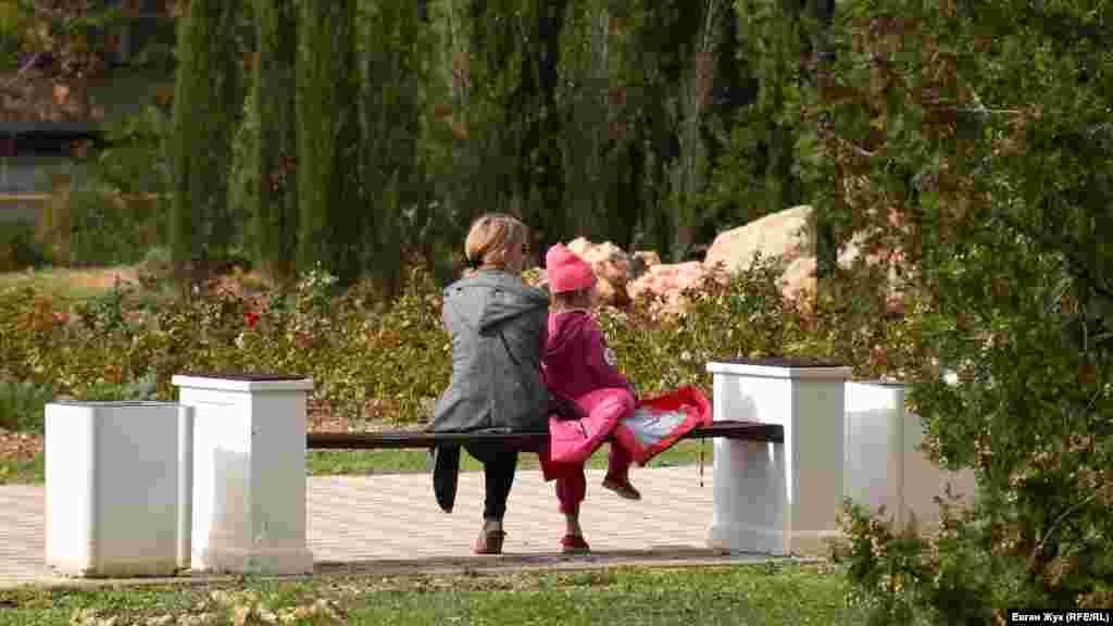 Севастопольцы выходят в парки и скверы подышать свежим воздухом