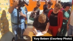 На территории завода начался сбор подписей под обращением к Владимиру Путину в поддержку Вадима Ванеева