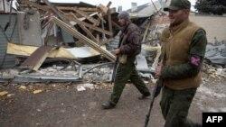 Бойовики угруповання «ДНР» біля зруйнованих будинків у північно-західній частині Донецька. 13 листопада 2014 року