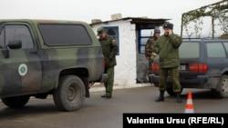 Soldaţi ruşi la punctul de control de la Vadul lui Vodă