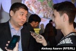 «Наурыз.kz» фильмі сценариінің үш авторының бірі, режиссер Асқар Бисембин журналистермен сөйлесіп тұр. Алматы, 11 наурыз 2017 жыл.