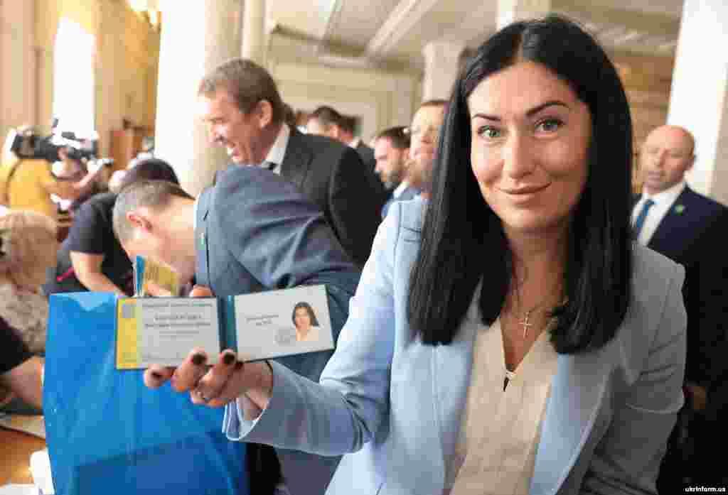 Народний депутат України від партії «Слуга народу» Вікторія Кінзбурська показує своє посвідчення депутата
