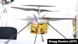 Полноразмерная модель вертолета Ingenuity.